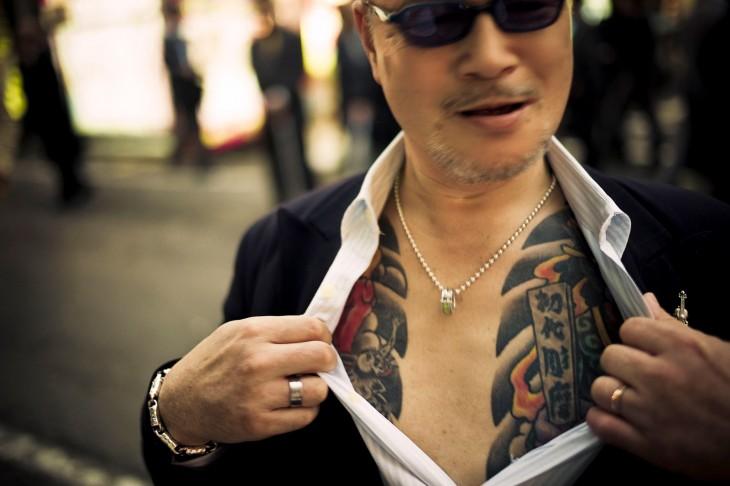 miembro yakuza mostrando sus tatuajes
