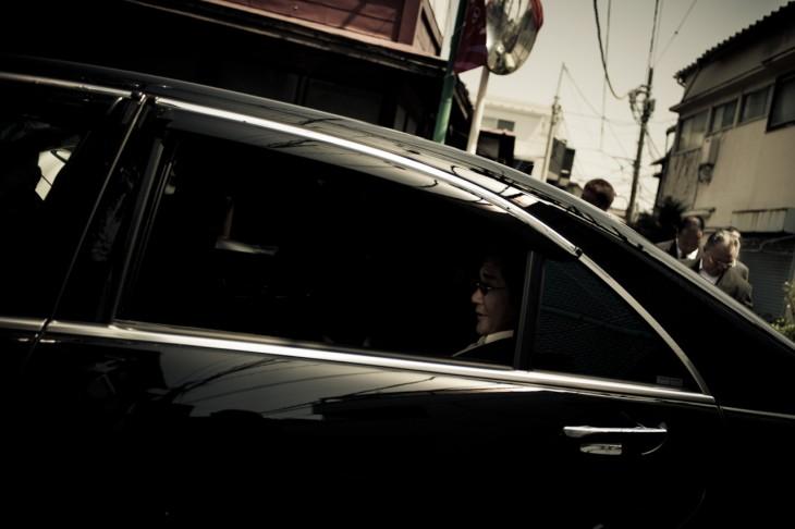 jefe yakuza viajando en coche