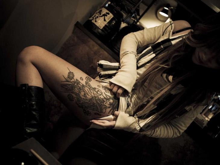 mujer yakuza muestra su tatuaje