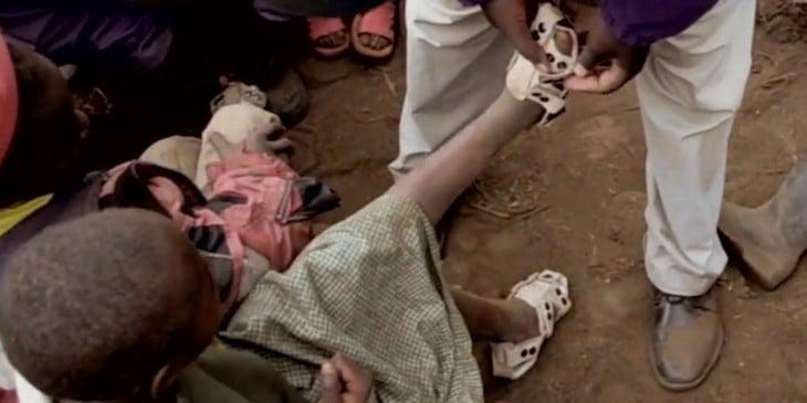 Niña pobre recibe zapatos ajustables