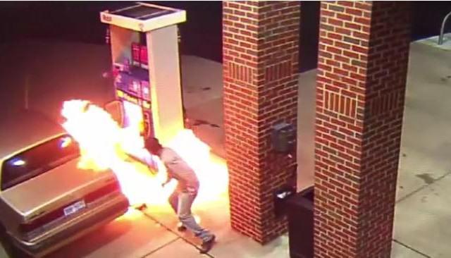 Hombre con aracnofobia incendia gasolinera