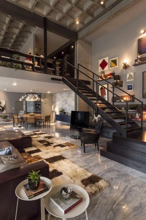 Departamento con dos pisos, escaleras
