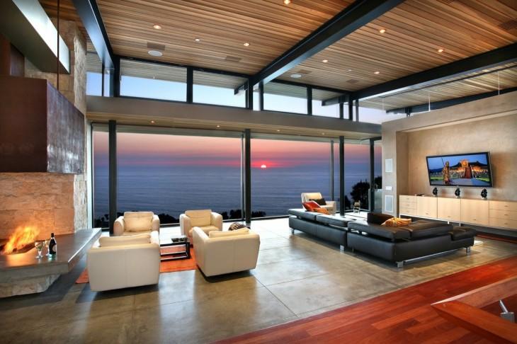 Sala con chimenea y vista al mar