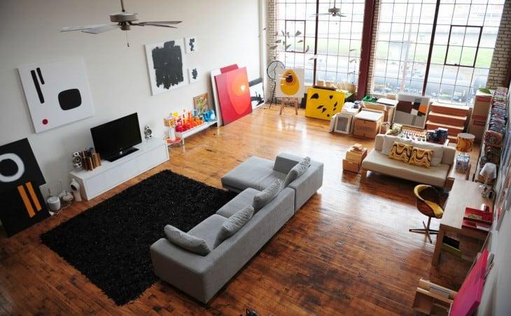 Sala con televisión, pinturas y lienzos