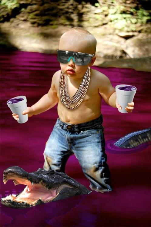 Photoshopean a bebé, vasos y cocodrilo