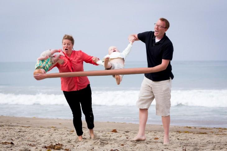 Photoshop niño cae en la playa mano que se estira
