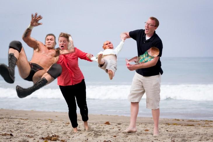 Photoshop niño cae en la playa luchador