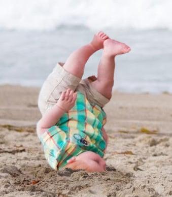 Photoshop niño cae en la playa así cayó