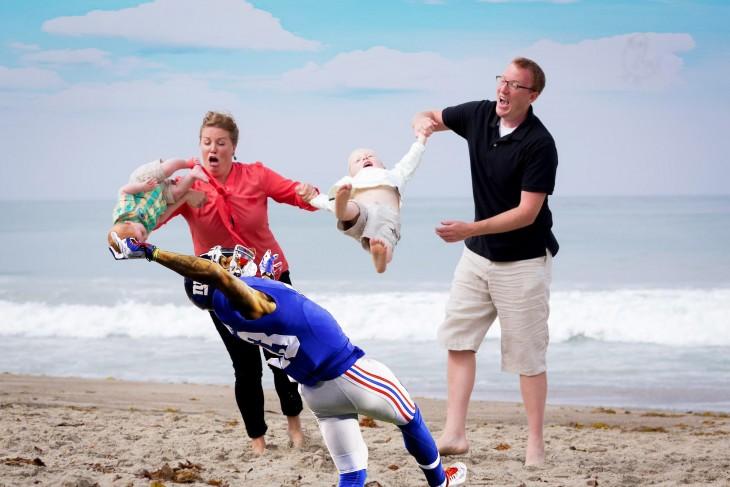 Photoshop niño cae en la playa futbol americano