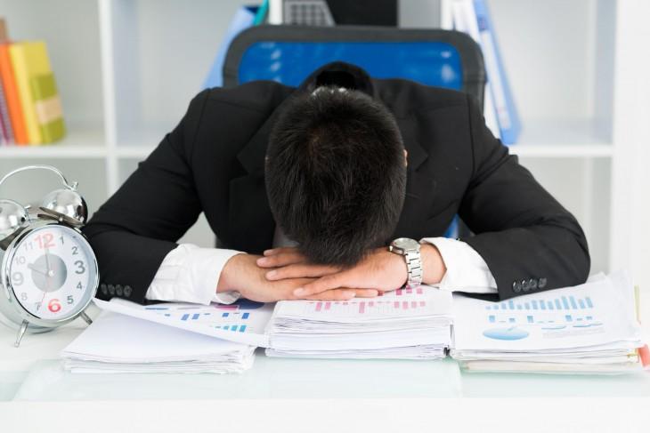 Hombre cansado y dormido en el trabajo