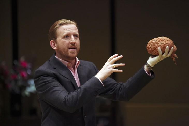 Hombre con un cerebro humano