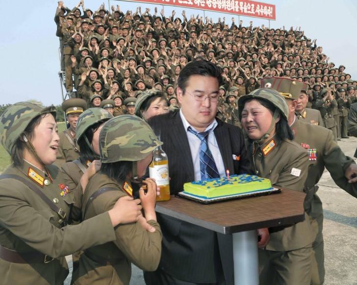 Photoshop de solitario cumpleañero con soldadas coreanas