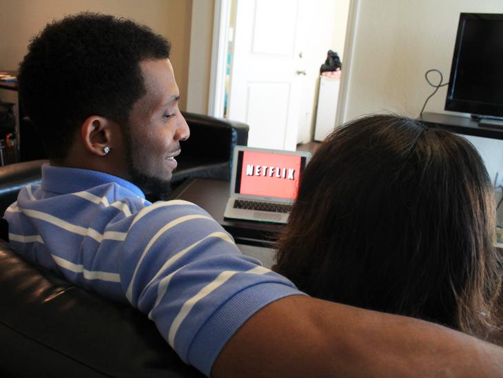 una pareja 'Netflix and Chill'
