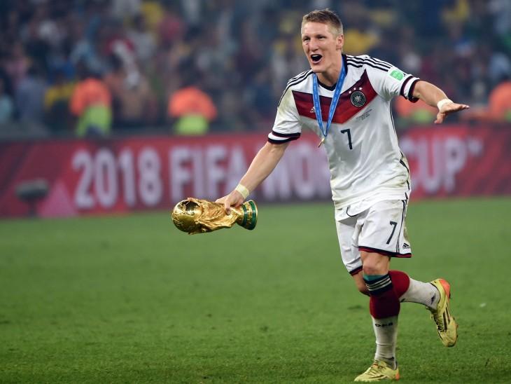 Ganador de la copa del mundo corre contento