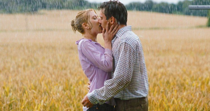 beso bajo la lluvia en pareja