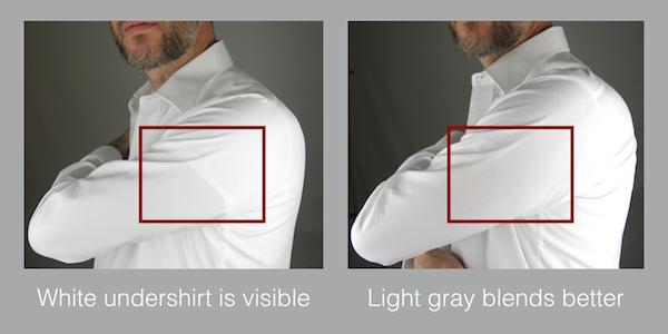 camisa blanca con camiseta interior blanca y gris