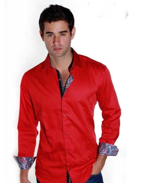 hombre con camisa roja