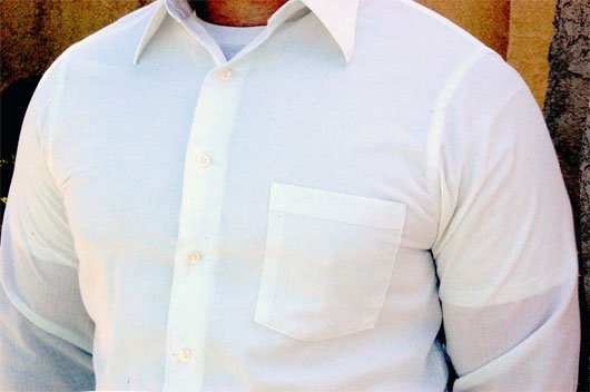 casmiseta interior blanca con camisa blanca