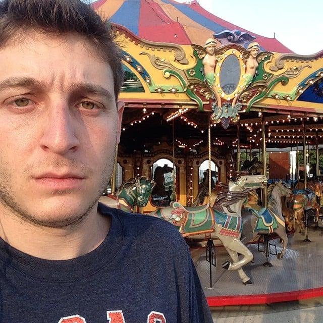 selfie de robbie chernow en un carrusel