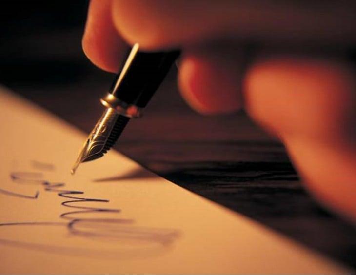 escribiendo carta a mano