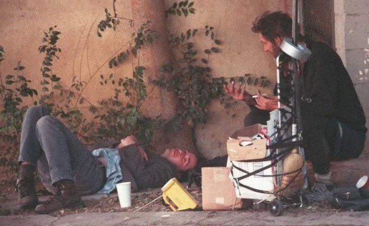 Keanu Reeves con un indigente
