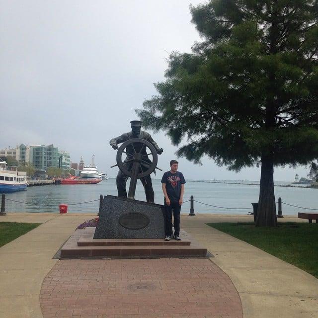 robbie chernow posando solo con una estatua