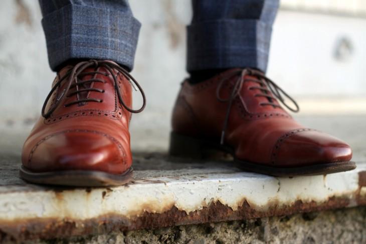 hombre con zapatos limpios