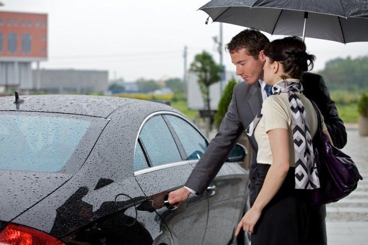 hombre abriendo la puerta del coche a una mujer