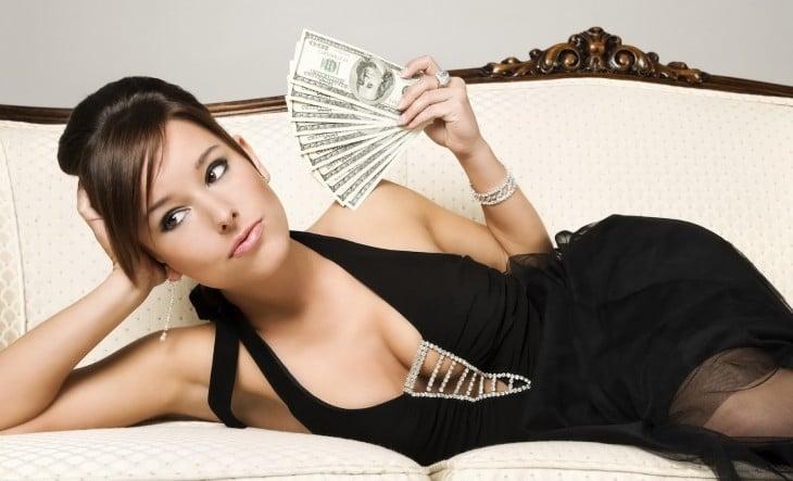 Mujer recostada con dinero