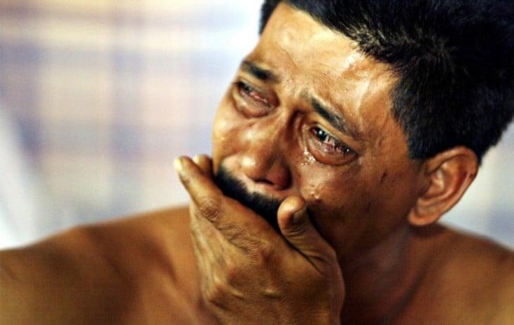 hombre llorando de dolor de cabeza