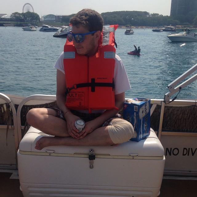 chernow tomando solitario en barco