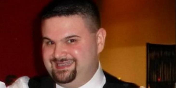 Joey sonriente en despedida de soltero