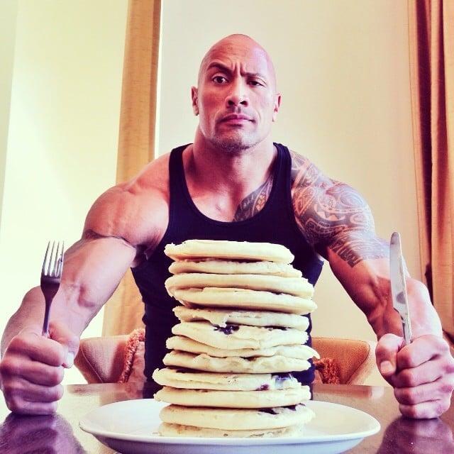 la roca rompe la dieta con hot cakes