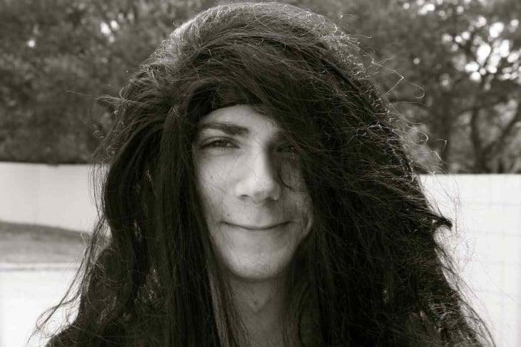 Joven de cabello largo