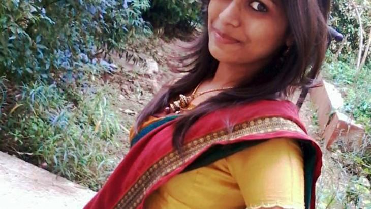 Mujer hindú con vestido tradiciobnal