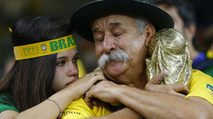 Clóvis Acosta Fernandes llorando con niña