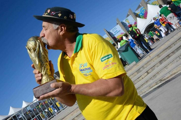 Clóvis Acosta Fernandes besando la copa del mundo