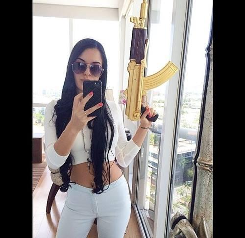 mujer del narco con ak 47 dorada