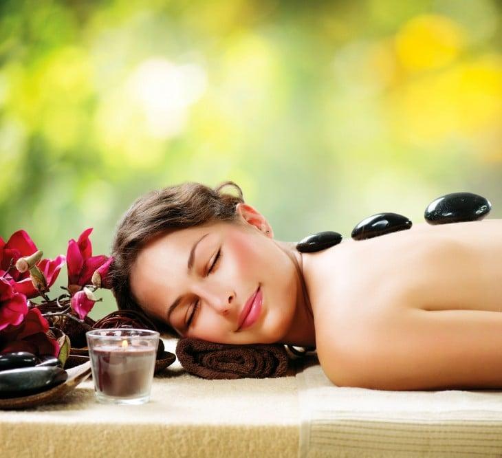 mujer relajada en spa