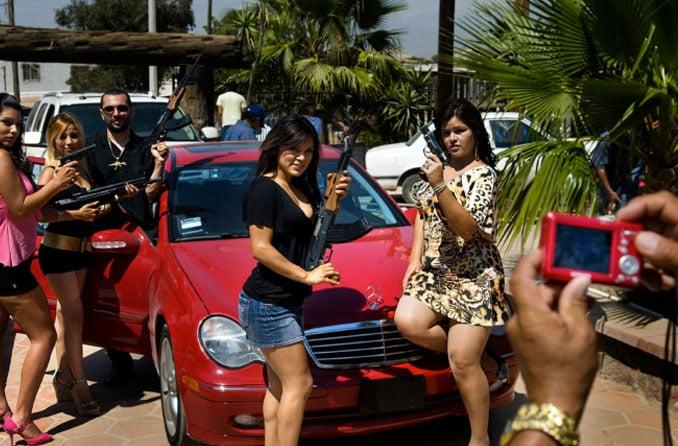 narcas buchonas armadas en carros de lujo