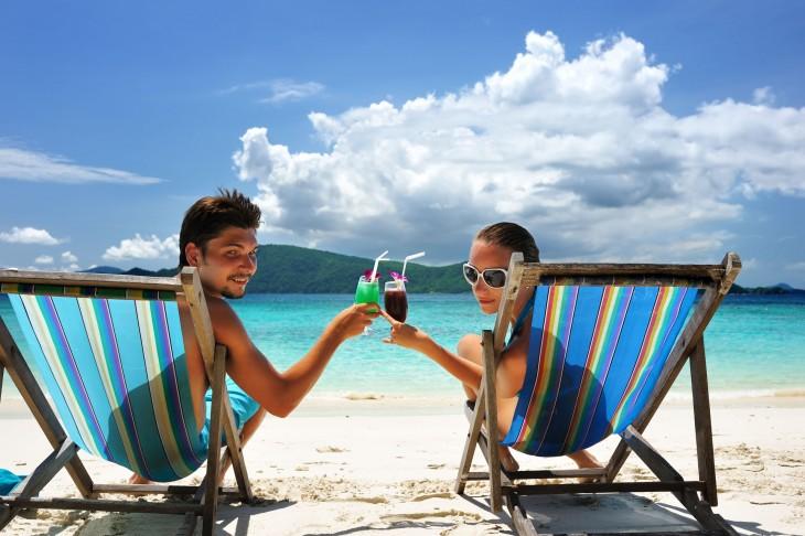 viaje inesperado a la playa en pareja brindando
