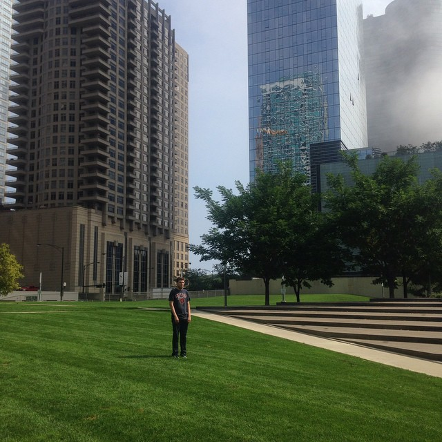 chernow en un parque solitario en chicago