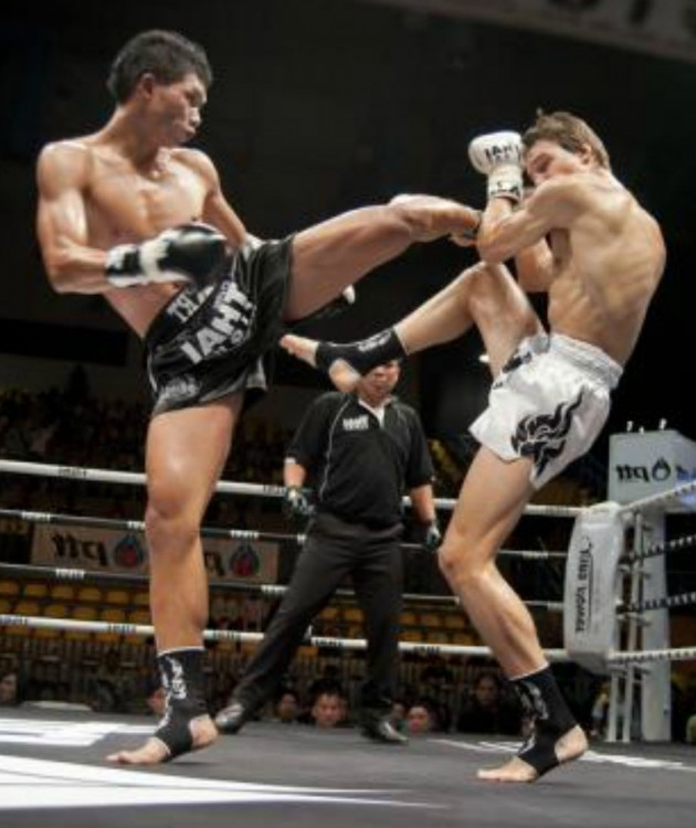 Patada en pelea de Muay Thai