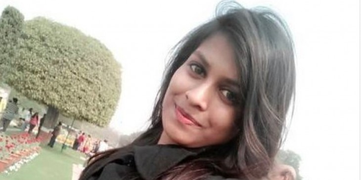 Sonriente mujer hindí