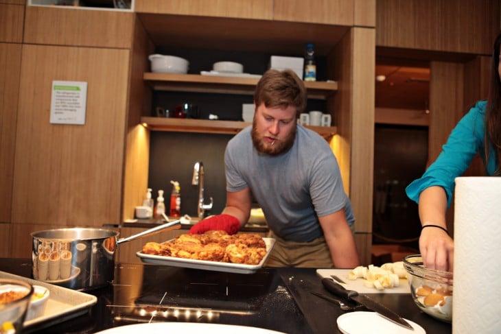 Hombre preparando cena para su mujer