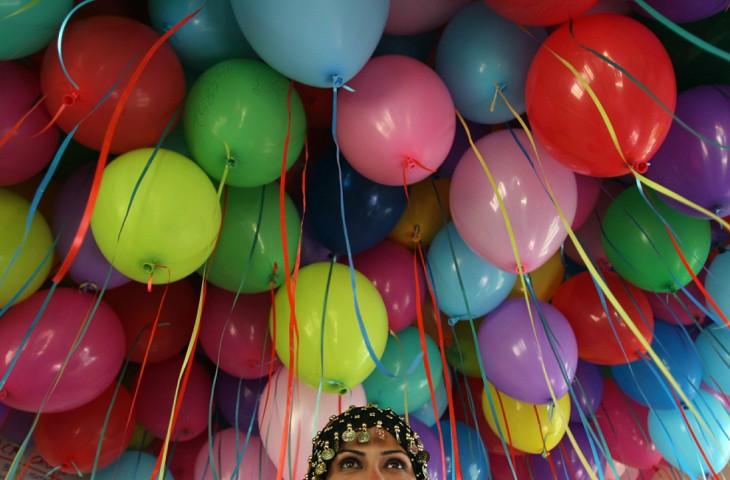mujer con ramo de globos gigante