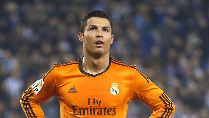 Cristiano Ronaldo con playera naranja del Madrid