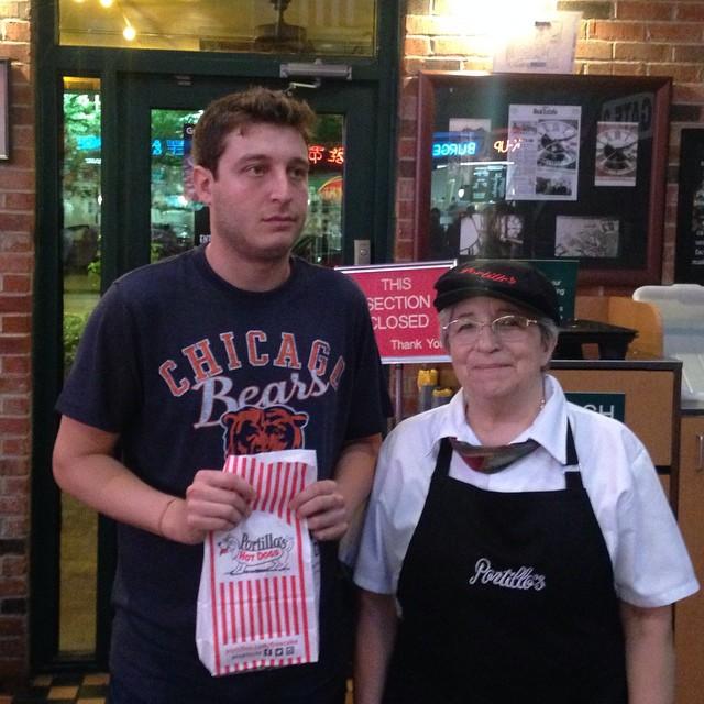 robbie chernow con bolsa de sandwich y empleada de restaurante