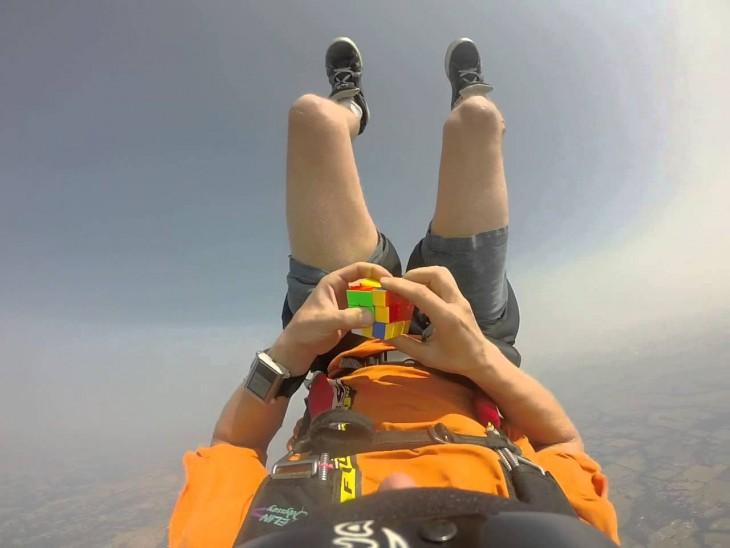 Chris Walker arma cubo rubik en paracaídas