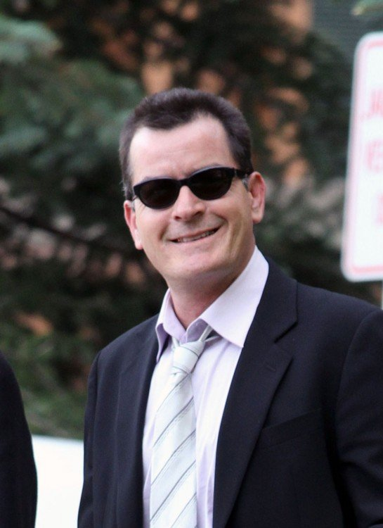 charlie sheen lentes oscuros traje y corbata gris